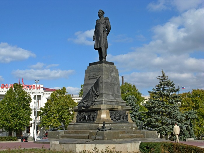 Памятник адмиралу Нахимову в Севастополе