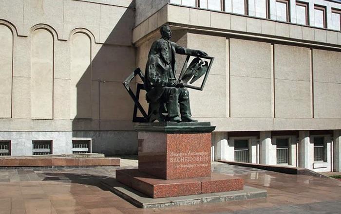 Памятник братьям Васнецовым в Кирове