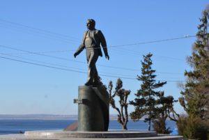 Памятник Гагарину на набережной космонавтов в Саратове