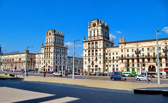 Два таких выразительных здания напротив железнодорожного вокзала называют «Воротами города».