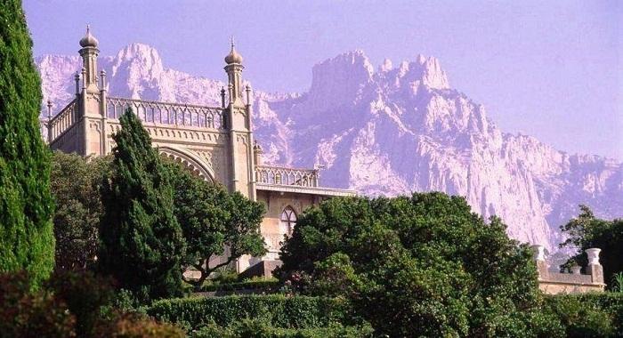 Дворцы и парки