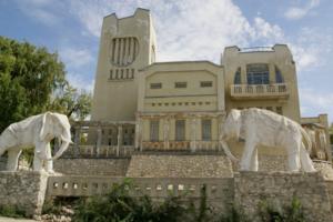Дом со слонами