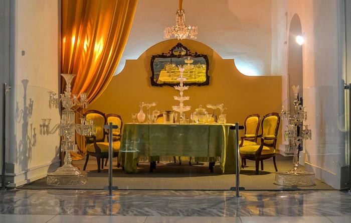 В музее хрусталя можно полюбоваться воссозданным в деталях интерьером гостиной XIX века.