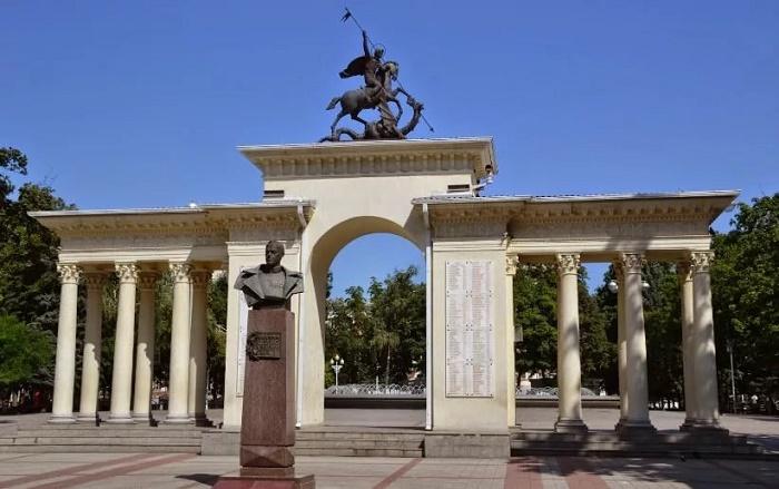 Памятник кубанскому казачеству; Памятник Георгию Жукову; Мемориальная арка «Ими гордится Кубань»
