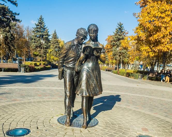 Памятник советскому и российскому студенчеству (Шурику и Лиде)