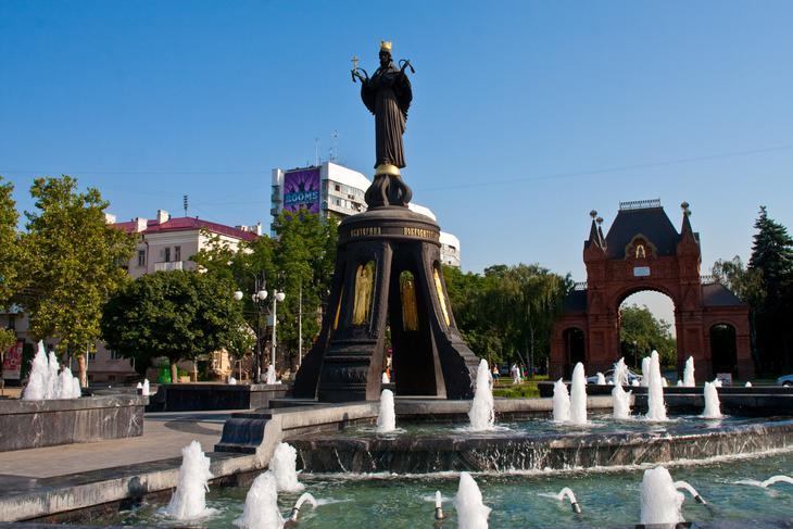 Скульптура святой Екатерины и фонтан вокруг неё