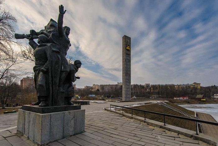 Монументы в мемориальном сквере в честь 400-летия Орла.
