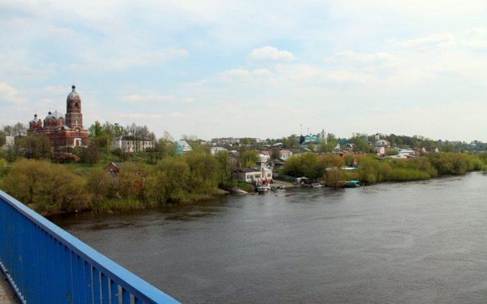 Популярное место туристов и местных жителей - мост через Клязьму
