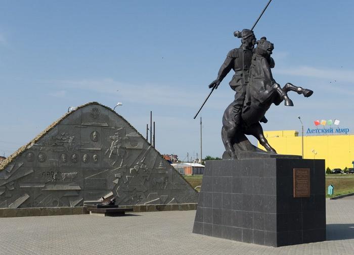 Набережная, Курган Казачьей славы, памятник Бакланову