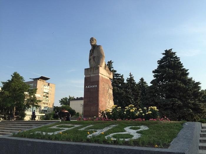 Необычный памятник В.И. Ленину: вождь, выходящий из камня