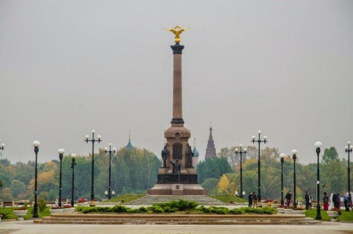 амятник-стела в честь 1000-летия Ярославля