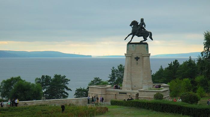 Памятник Василию Татищеву, основателю города на Волге.