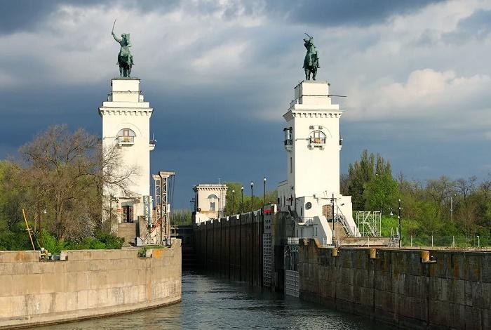 Памятники скульптора Мотовилова: «Рабочий и речник», «Казаки»