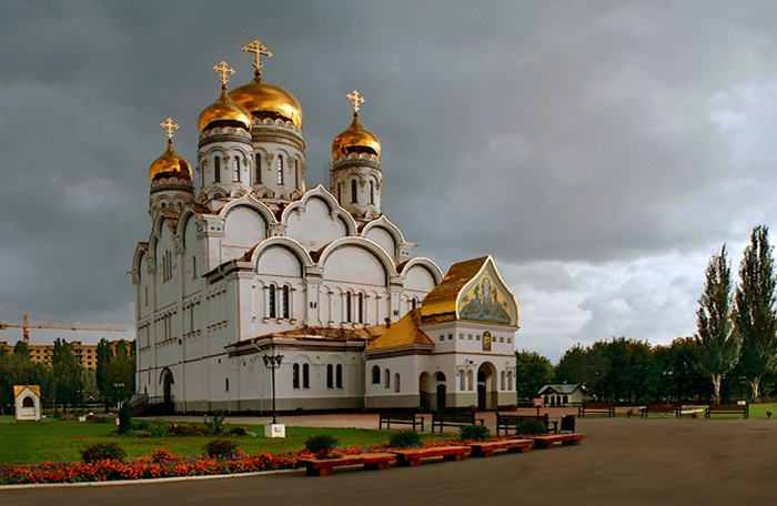 Спасо-Преображенский собор удачно вписался в городскую архитектуру.