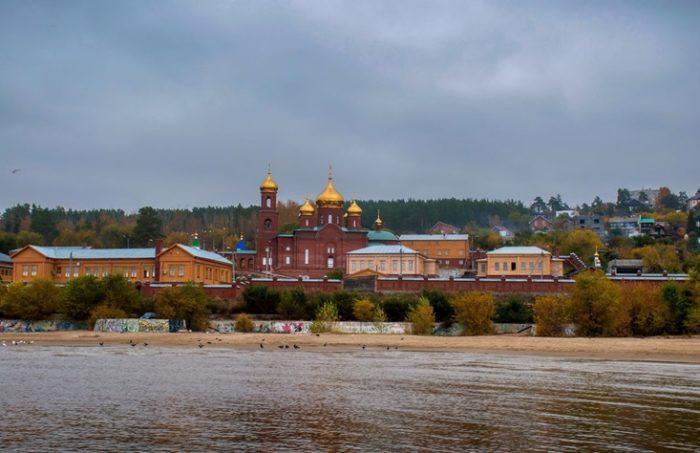 Это место тоже предназначалось под затопление, но под воду не ушло – теперь здесь красуется монастырский комплекс.