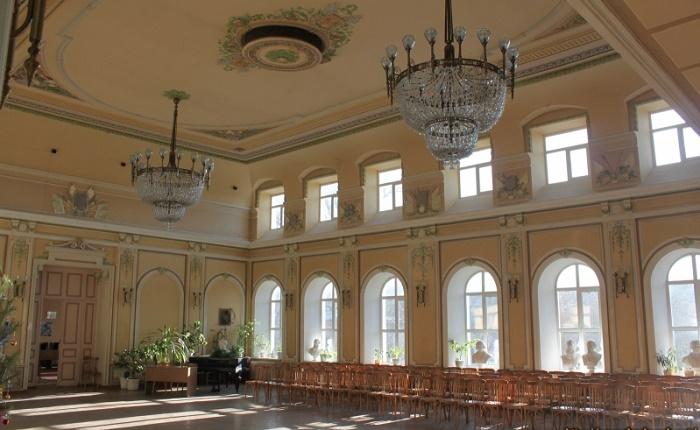 Центральная библиотека им. А.С. Пушкина (бывшее Офицерское собрание)