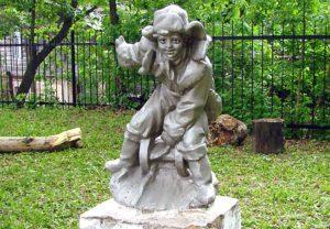 Любимая скульптура александровцев - мальчик на санках