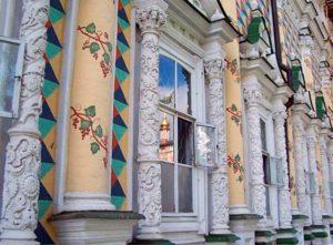 Яркий фасад Трапезной церкви