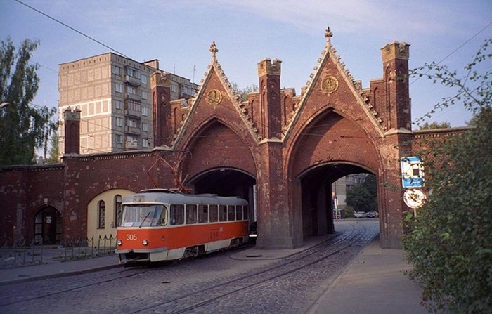 Бранденбургские ворота единственные сохранили возможность транспортного сообщения.