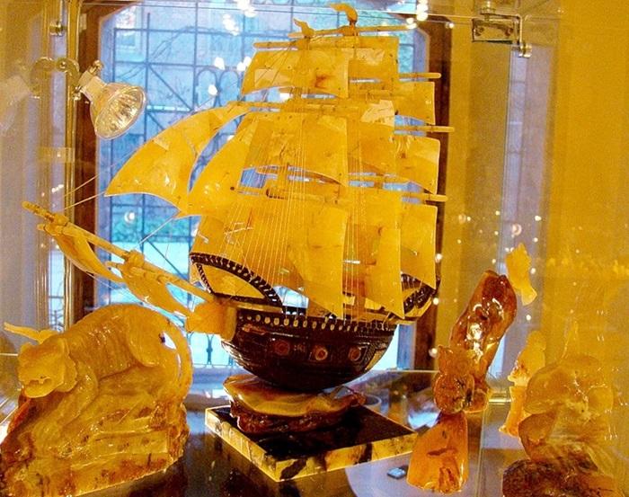 Изделия из янтаря в музее разнообразны и неизменно прекрасны.