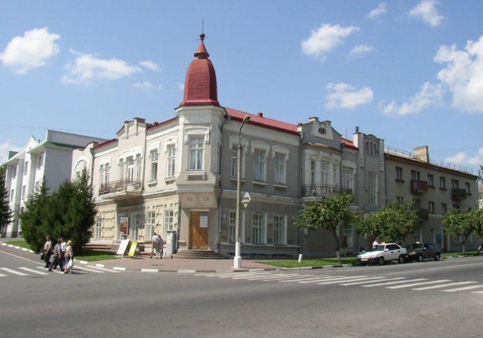 Осмотр начинается со здания музея, принадлежащему бывшему купцу Лихушину.