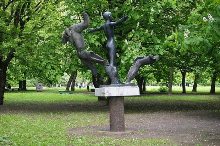 Мир без войны – название этой композиции из парка скульптур.