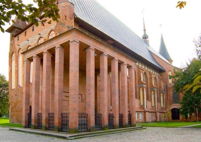 За колоннами – символический каменный гроб, а останки философа захоронены глубже.