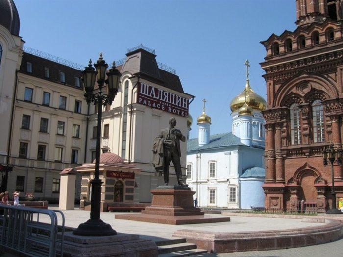 Памятник работы московского скульптора Балашова выполнен в стилевой гармонии с окружающими строениями.