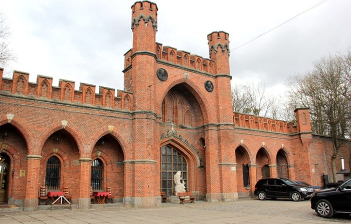 Росгартенские ворота – строгие снаружи, внутри украшены более богато.