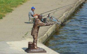 Скульптура рыбака на набережной Каменска-Шахтинского