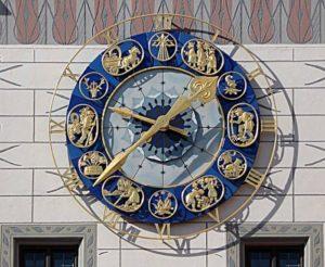 На фасаде 55-метровой башни Старой ратуши привлекают внимание красивые астрономические часы. Кроме времени, они показывают также текущую фазу луны.
