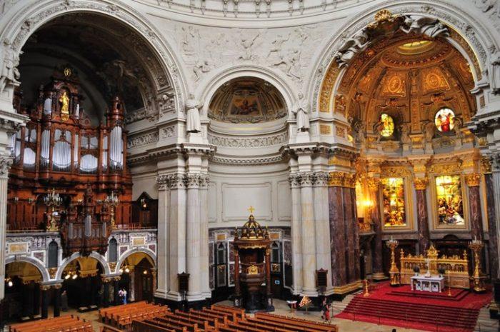Интерьер собора декорирован витражами и картинами на библейские сюжеты. Обращают на себя внимание резная кафедра для чтения проповедей, и красивый орган.