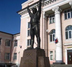 Дворец спорта и памятник Василию Алексееву