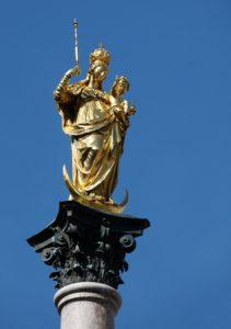 От колонны Mariensaule ведётся отсчёт всех расстояний в Мюнхене.
