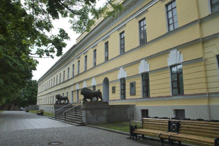 Все посетители главного здания музея непременно делают фото с чугунными львами, которые охраняют вход.