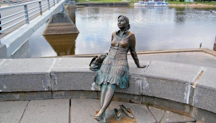 Памятник девушке туристке в Великом Новгороде