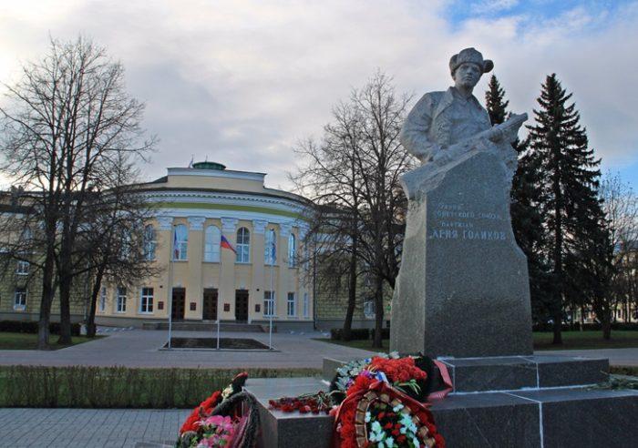 Памятник Лене Голикову в Великом Новгороде