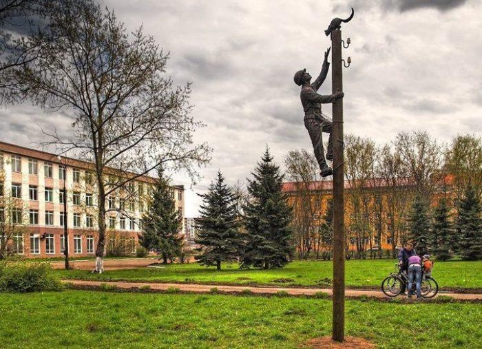"""Памятник """"Монтёр и кошка"""" в Великом Новгороде"""