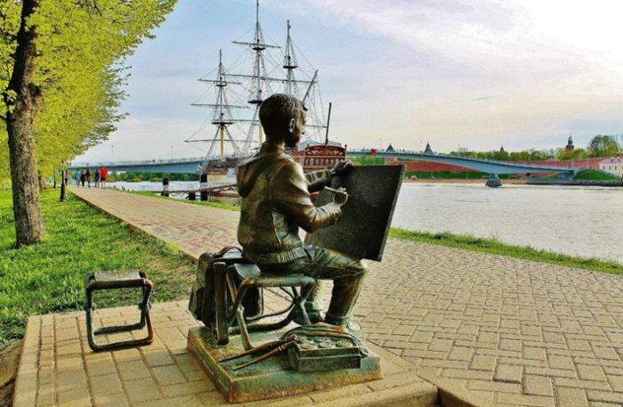 Памятник рисующему мальчику