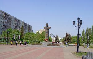 Первый в мире памятник маршалу Жукову был установлен в 1988 году в Старом Осколе