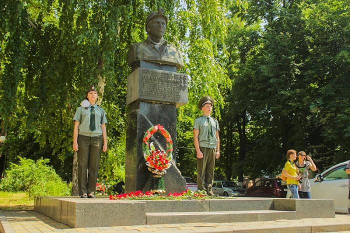 Памятники Михаилу Чиху и Александру Шлёпову