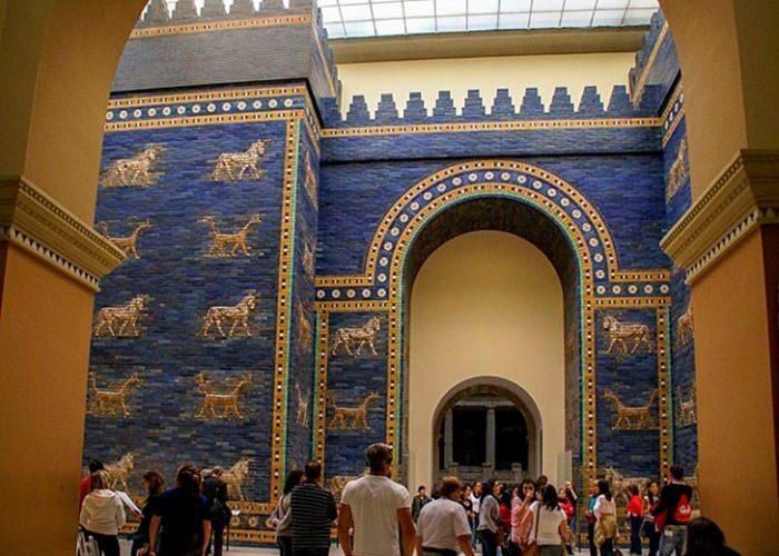 В Пергамском музее хранятся и другие выдающиеся экспонаты – ворота богини Иштар внутреннего города в Вавилоне, построенные в VI в. до н. э., римские ворота Милетского рынка II в., фриз из иорданского дворца Мшатты.