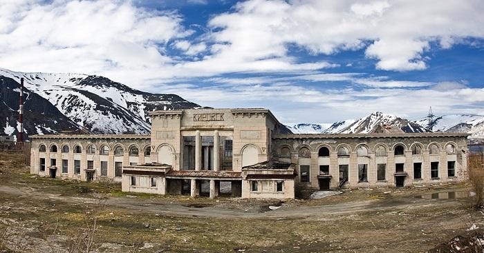 Заброшенный железнодорожный вокзал