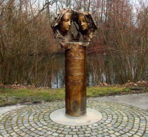 В 2013 г. напротив входа в замок был установлен Ein Denkmal für die Liebe («Памятник любви») Агнес и Альбрехту.