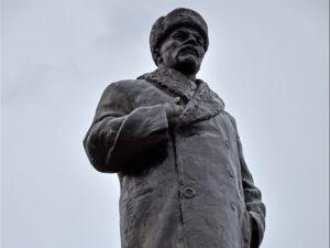 Необычный памятник В. И. Ленину (в шапке-ушанке)