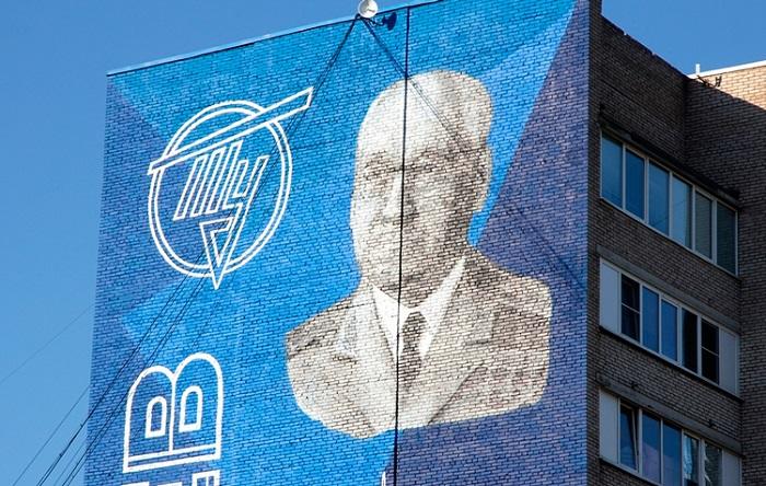 Огромное граффити с Туполевым
