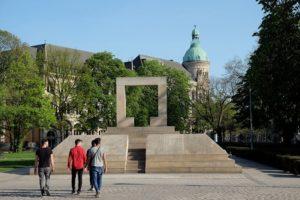Памятники на Оперной площади