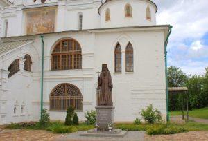 Успенский собор. Памятники Серафиму; Кириллу и Мефодию (2)