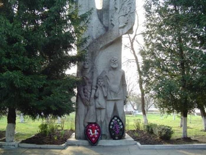 Памятник в мемориальном комплексе «Большой Дуб»