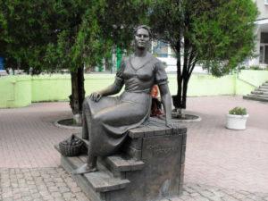 Памятники Сергею Бондарчуку и Нонне Мордюковой